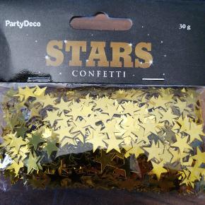 Bordpyndt konfetti, stjerner i guld mettalic. 30 g i hver pose. Har 5 poser ialt. 5 kr pr pose, 3 for 10 kr. Sender plus porto