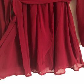 Brugt én gang til en konfirmation. Fremstår som ny. Virkelig smuk kjole med bindebånd. Går til knæene på mig (jeg er 168 høj)