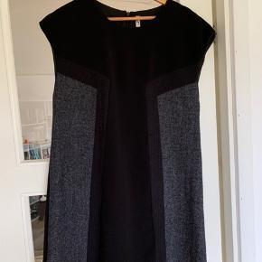 Super flot kjole fra Very. 50% polyester 50% uld. Køber betaler porto.