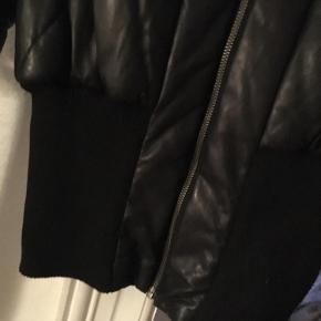 Varetype: Fed bomber i skind Farve: Sort Oprindelig købspris: 3000 kr.  Sælger den absolut fedeste bomber jakke i sort skind med strik forneden  Virkelig en fed kvalitets jakke  Brugt meget lidt  Str 38  1000,- PP sendt med DAO   Handler mobile pay med denne