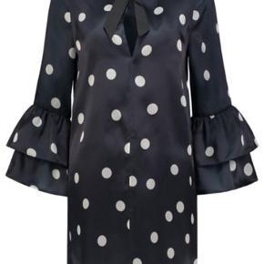 Ganni-kjole i silke. Mørkeblå med hvide prikker
