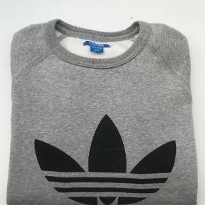 Varetype: Sweatshirt Farve: Grå Oprindelig købspris: 500 kr.  Super lækker, varm og blød trøje fra Adidas. Brugt få gange. Nypris 500,00. Er som ny.