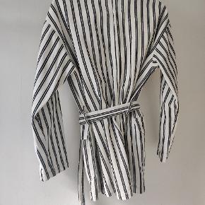 Monki jakke str. xs Markeret som slidt, da der er en lille tråd som er løbet på det ene ærme og jakken er blevet lidt gullig indvendig på ærmerne. Spørg endelig efter flere billeder ☺️  #Secondchancesummer