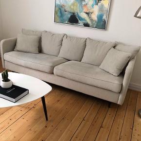 Trepersoners sofa, kun 1/2 år gammel, så fejler intet. Sælges pga. flytning. Nypris 4999,-  Bud modtages!  Mål: Højde: 65 cm Bredde: 210 cm Dybde: 83 cm