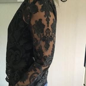 Skønneste blonde bluse fra Jesper Høvring med de smukkeste franske blonder...  sat ned men kun i efterårsferien og efter den stiger den til 1.000,- Super skøn til jeans.. og til de kommende julefrokoster... Nypris 2500,- Bytter ikke!