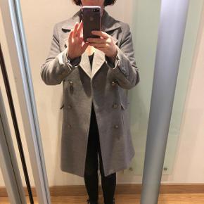 Super flot grå uldjakke i str. 36 fra Gianni Feraud - købt på ASOS til 1200 kr Brugt ca. 6 gange og er i rigtig fin stand. Bytter ikke Afhentes 6715 eller sendes til en adresse i Danmark på købers regning😊