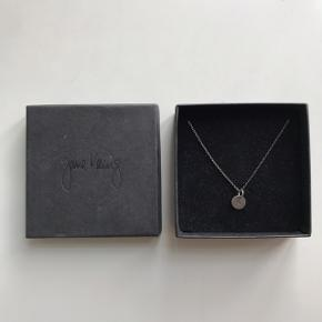 Jeg sælger denne helt nye fine halskæde fra Jane Kønig.  Den har aldrig været brugt, da jeg synes kæden er for lang. Den er 60 cm. Hvis den skal købes fra ny koster den 650,-  Kom med et bud:))  Skriv endelig for flere billeder eller spørgsmål:))
