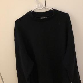 """Sort high crewneck sweatshirt fra ASOS  Eneste """"flaw"""", er at der var en hvid longline fastsat indenunder sweatshirten, hvilket gjorde at det lignede man havde en hvid lang tee på indenunder, men den klippede jeg af - kan ikke se når man har den på!:)  Np: ca 300,-  mp: 70,-  cond 7/10"""