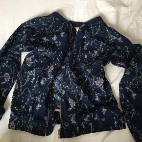 Sælger denne super søde blå forårs jakke med fugle print til børn i str 12 år brugt men kan ikke ses