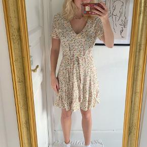 Sælger denne helt nye og fine kjole fra Envii med blomster på💐 Den er super lækker og blød at have på, og helt perfekt til sommer☀️  Bud er velkomne✨ Skriv for flere billeder ovs.✨  💥Tjek gerne mine andre annoncer ud💥 💥alt er fra ikke-ryger hjem💥