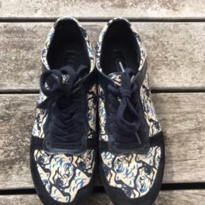Slåen på den ene sko er gået lidt op. Kan fikses hos skomager eller med lim. Ny pris 1500 kr