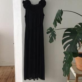 Virkelig fin lang sort kjole  Brugt en enkelt aften til galla - fin til nytår eller anden fest  Er helt som ny - np var 399,95