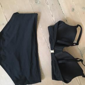 Sort bikini str 38/40 Bh'en svare til ca. 75 c/d. Juster bare stropper. Trusserne er over i hotpants stilen. Prisen er for sættet
