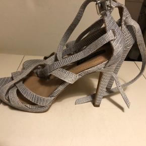 Kun brugt 1 gang. Man går godt i dem, men kan desværre ikke gå så langt i mere i høje sko.