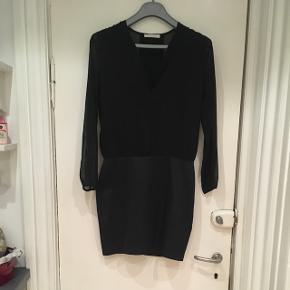 Flot sort samsøe - samsøe kjole. Glat underdel og lettere gennemsigtig overdel. Style: need dress. Str S. Yderstof: 48 % polyester 49 % bomuld 3 % elastan, yderstof: 100 % polyester. For: 97 % polyester og 3 % elastan.