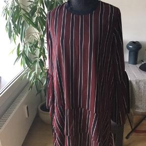 Bordeaux / navy vertical stripes , bell sleeves relaxed fit. Perfect mix of sporty and elegant.