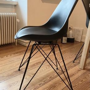 4 Spisebords stole i sort med sort metal ben - 180kr stykket Befinder sig på Trøjborg, Århus