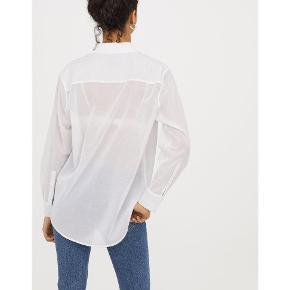 Skjorte, H&M, str. 36, Hvid, 100% bomuld, Ubrugt Let og luftig skjortebluse med krave og klassisk knaplukning foran. Lange ærmer med knapper ved manchetterne. Afrundet kant forneden. Let gennemsigtig. Den er lidt stor i størrelsen, så en str.38/M vil også sagtens kunne passe den. Den er helt ny og ubrugt og med mærkesedler. Nypris: 499 Eventuel fragt lægges oveni: 37 med DAO til nærmeste posthus/butik