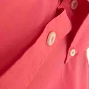 GANT skjorte i fersken ish, lækker frisk farve.  Str. L   Kig forbi, giver mængderabat.   Vasket i neutral, kommer fra røg og dyrefrit hjem.   Tøj og sko til både til herre & damer!  Tags: Ralph Lauren, Tommy Hilfiger, Hugo Boss, Nike, Adidas, The North Face, WOOD WOOD, Levi's, GABBA, Giorgio Armani, ACNE, LACOSTE, Carhartt, Hard Rock Café, Diesel, Converse, Ed Hardy, BURBERRY, Lindbergh, mm.!  #trendsalesfund