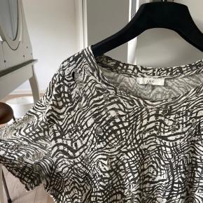 Iro Noha t-shirt i zebra print.  Str. 1 svarer til xs/s.