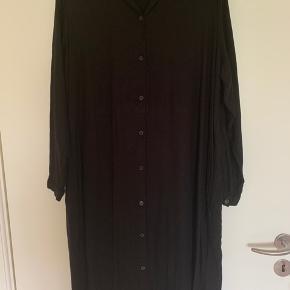 Fin kjole - meget oversize.  BYD gerne.