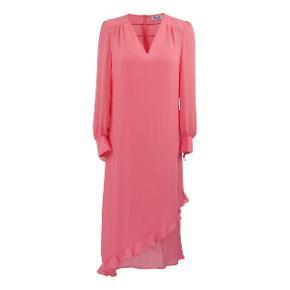 Smukkeste laksefarvet / pink / koral kjole med underkjole. Lange ærmer og flæser 💕  Størrelse 38.