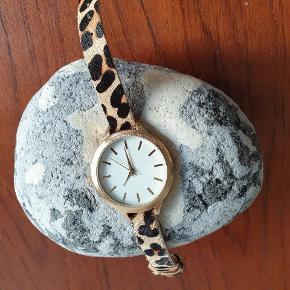 """Leopard """"guld"""" ur. Skal have nyt batteri. Mål 15 - 19 cm."""