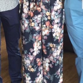 Super flotte blomstrede bukser, perfekt til sommer!