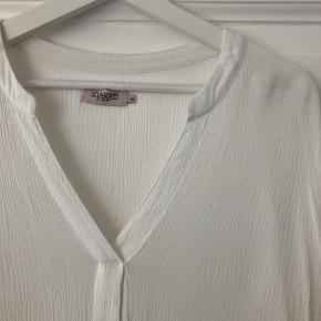 Hvid top med struktur-stof fra Soaked in Luxury. Den er brugt, og har en smule fnuller + mindre gullig nogle steder under armen - derfor prisen 🌿  #30dayssellout