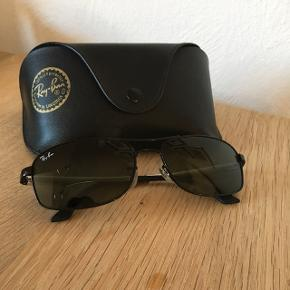 Sælger disse nyligt udgåede Ray-Ban Active Lifestyle Polarizes solbriller for min kære svigerfar. Ny pris var omkring de 1400,-. De er brugt et par uger, men er uden skader, ridser og hvad det ellers måtte være. Sælges da de ikke bruges og fortjener et nyt hjem.  Solbrillen produceres ikke længere, men har været produceret siden 2012, det er en tidsløs og klassisk brille.   Ydereligere information om brillen: Stelfarve: Sort Glasfarve: Grøn Stelform: Rektangulær Rammetype: Helt indfattede Stelmateriale: Metal Linsemateriale: Polycarbonate Detaljer: UV-beskyttelse Tilbehør: original etui samt brilleklud