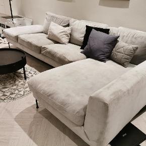 Flot velour sofa i lysegrå fra idemøbler. Ca. 2 år gammel. Kunne godt bruge en rens. Vi har tidligere lejet en tæpperenser til 150 kr i Silvan - det tog det hele. Rigtig god at sidde i.  Dybde: 55 cm  Længde: Ca 300 cm  Længde chaiselong: 125 cm siddelængde (160 cm fra bagside)  Højde: 75 cm (højeste sted)  Siddehøjde: 40 cm  Nypris 15.000 kr
