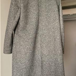 Long fall/spring coat in cotton and polyester, makes any outfit look fancier and the color matches everything! Used a few times but looks just as new ☺️