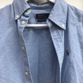 Fin skjorte. Har en meget lille plet under logo.