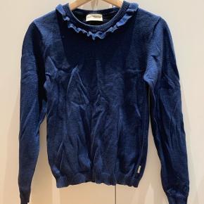 Glimmer blå trøje med flæser ved halskanten Mærke: MILK COPENHAGEN  størrelse: 13-14 år/158-164 Stand: næsten som ny Røgfrit hjem BYD!!!!!