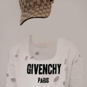 Sælger denne unikke trøje fra Givenchy. Den har mange år på bagen, derfor sælges den så billigt, men den er holdt rigtig godt! 😍  Info: Str: Ved det ikke, men den passer 180-188 imo. Cond: Bedøm selv, skriften er falmet lidt og der er et lille hul, ellers ser jeg intet der er galt med den. Np: 5500 kr. Min pris: 1100!  Køb den før din nabo gør😱