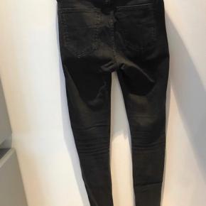 Tiger of sweden jeans  Slim fit model med massere stræk og hul ved knæ Nypris 1399,-  Størrelse 26/32
