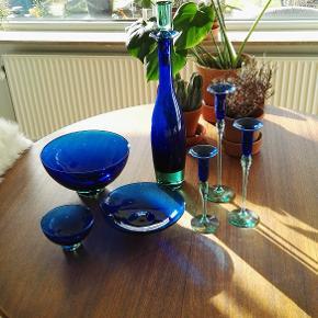 Brand: Holmegaard, Royal Copenhagen Varetype: Harlekin glaskaraffel, karaffel mundblæst glas designet af Anja Kjær Størrelse: stor Farve: blå, grøn, turkis  Beskrivelse: Glaskaraffel, størrelse stor. Harlekin bar set. Jeg har aldrig haft noget i den. Æske haves.  Billeder af karaflen på bordet er af min egen, de andre er lånte.   Størrelse: Højde: 48,7  Materiale: Glas Mærke: Holmegaard, Royal Copenhagen, designer Anja Kjær Nypris: Kan ikke huske den.  Vægt:  gram.   Klik på Køb nu knappen og køb med det samme. Hvis der er mere på min profil du ønsker at købe med, tilføjer du blot det.  Mine annoncer er delt op i kategorier, dvs. alle jeans, jakker, kjoler etc. er samlet på profilen. Scrol og se alle ting i shoppen.