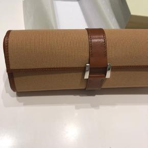 Original Rolex watch roll / travel case. Never used and is as new. Light brown leather and comes with the original Rolex box and wrapping. For 3 or 4 watches. Dkk 8.000