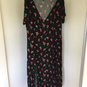 Super smuk og sej printet kjole i sort med røde og grønne jordbær. Den passer nok en str. 46 bedre, da den er lidt smal om nummi ☀️