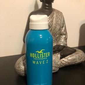 Hollister Wave 2 for Him Body Spray 120 ml Vejl. Pris 124,95,- Prisen er fast.  Beskrivelse HOLLISTER Wave 2 for Him er en dristigt maskulin duft, der er både varm og opløftende - ligesom sprøjtet fra en bølge, der rammer den solkyssede hud.  En overdådig kombination af mandarin og hvide peberkorn blander sig med lavendel, salvie og geranium for at udstråle en urtelignende friskhed. I baggrunden lurer det varme og sensuelle i form af trænoter og musk.  De kontrastfyldte ingredienser fanger den frisindede californiske ånd og udtrykker begejstringen ved at ride på den perfekte bølge. HOLLISTER-fyren er optimistisk, tilbagelænet og karismatisk. Han ser hver dag som et nyt eventyr, og hans afslappede natur og personlighed er elektrisk. Modig og dristig - hans duft understøtter den dynamiske energi i hans livsstil.  Det overordnede design er inspireret af glimtende havbølger, der reflekterer en klar, lyseblå sommerhimmel.
