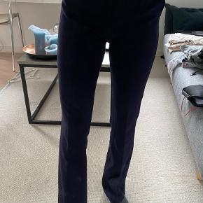 Sælger disse lækre bukser, da jeg desværre ikke får dem brugt. De sælges billigt, da der er et lille hul på venstre ben foran, som også kan ses på billedet