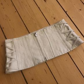 Varetype: Bredt læder bælte Størrelse: Str 40 Farve: Creme Prisen angivet er inklusiv forsendelse.