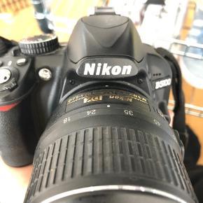 Nikon D3100 kamera sælges. Brugt få gange, dog er der slået et stykke af i bund. Der medfølger desuden kamerataske.  Lav pris skyldes stykket der er slået af