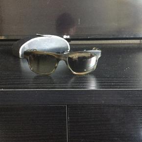 Lækre high end kvalites solbriller, fra Oliver People's, sælges...     Solbrillerne er et par år gamle, og brugte Se billederne, og bedøm selv)    De er dog stadig i fornuftig og flot stand..    Mener nyprisen lå på ca 3000.kr..   Sælges incl originalt etui, og pudseklud..    Uovertruffen kvalitet, ift til mange andre solbriller, i samme kategori..     SE OGSÅ ALLE MINE ANDRE ANNONCER.. :D