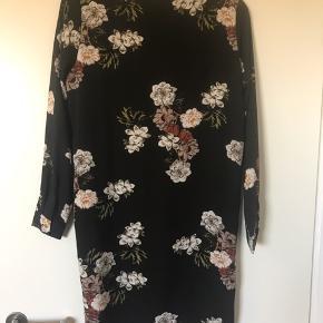 Mørkegrøn kjole med blomster - aldrig brugt.