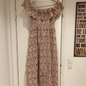 Helt ny kjole fra H&M i størrelse 36. Lukkes med lynlås i ryggen og har justerbare stropper.   Np. 800