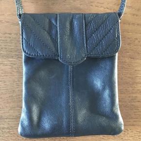 Varetype: Lille skind taske Størrelse: Alm Farve: Sort  Lukning gået fra stoffet, kan rep. ellers rigtig fin stand.  Bytter ikke