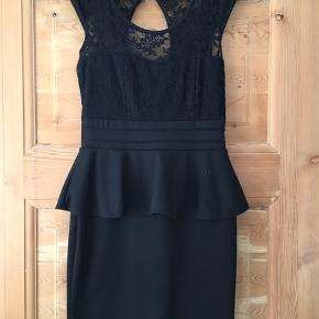 Fin lille sort kjole, der står ikke str i men vil mene det er en 38/M  Se alle billederne for standen