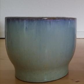 Helt ny urtepotteskjuler fra Knabstrup Keramik Turkis / lyseblå Diameter målt øverst: 17 cm.