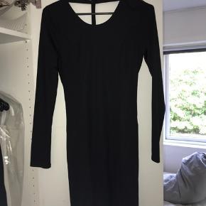 Flot kjole med åben ryg og detalje :)